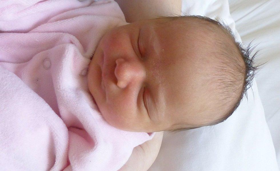 Ema Miková se narodila 22. dubna 2021 v kolínské porodnici, vážila 3335 g a měřila 49 cm. V Kolíně se z ní těší maminka Lucie a tatínek Petr.
