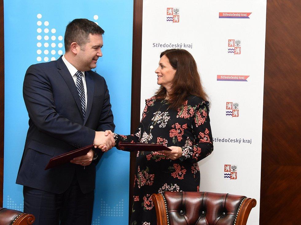Memorandum o spolupráci při řešení problémů souvisejících se zaměstnáváním cizinců v průmyslových zónách podepsali v úterý 27. února 2019 hejtmanka Středočeského kraje Jaroslava Pokorná Jermanová (ANO) a ministr vnitra ČR Jan Hamáček (ČSSD).