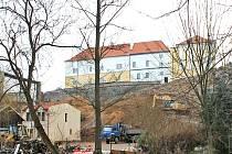 To byl amfiteátr ve Vlašimi. I promítací plocha s plátnem, pro níž už není využití,  padne. Obnoví se tak výhled na zámek a z jeho terasy pohled do údolí řeky Blanice.