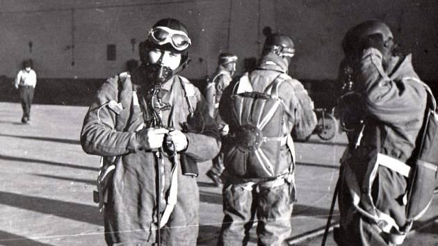 Českoslovenští letci na základně v Chartres.