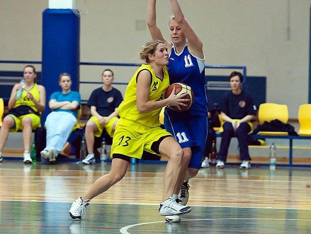 Tereza Hřebíková, rozehrávačka benešovských žen, procházela v nedělním zápase přes K. Novotnou ze Sokolu Pečky.