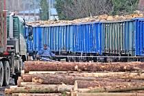 Nakládka dřeva na nádraží v Benešově.