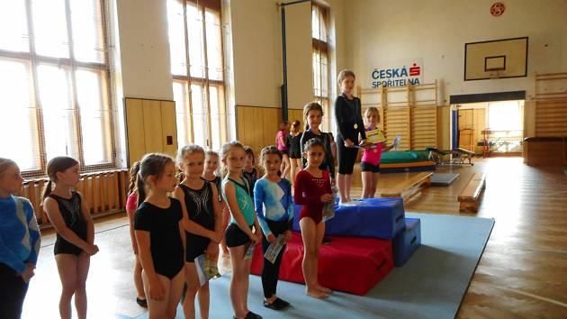 Gymnastické cvičení na lavičkách v Domě dětí a mládeže v Benešově.