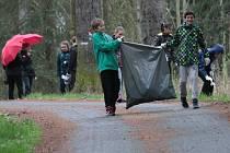Školáci ze ZŠ Dukelská uklízeli nepořádek v  Konopišťském parku.