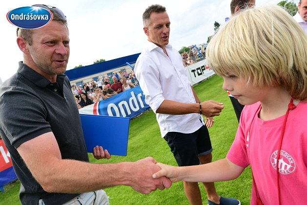 Finále Ondrášovka Cupu pro kategorii do 10 let hostil stadion v Benešově. Ceny rozdával i legendární slávista Stanislav Vlček a Luboš Kozel (v pozadí)