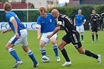 Uzdravený vlašimský Jan Jícha (u míče) se snažil prosadit přes kapitána Žižkova Marcela Šťastného.