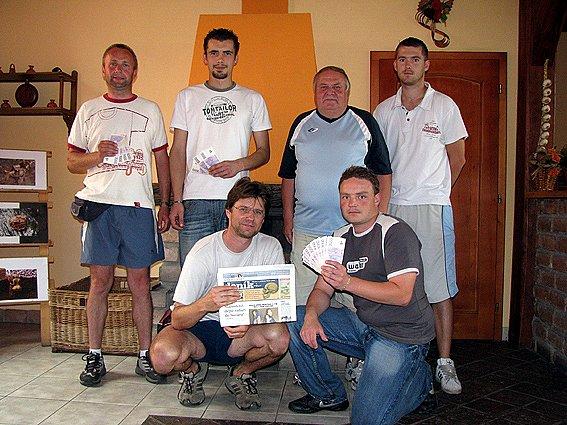 Nahoře zleva je druhý Václav Mojžíš z Poděbrad, třetí Václav Daněk ze Sadské, šestý Karel Brett z Krchleb a čtvrtý Lukáš Pulda z Patřína. Vpravo dole je vítěz Dalibor Javůrek ze Všechlap, vedle něj Milan Vydra z Hořátve (7. místo).