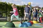 Hřiště již některé děti využily ke hraní.