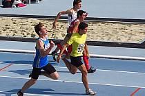 Lukáši Šimonovi (v modrém na závodech v Brně) zakončil poslední závod v žákovské kategorii stylově, když pokořil na šedesátce osm let starý oddílový rekord.