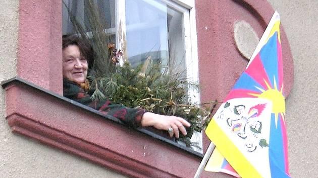 Tibetskou vlajku vyvěšují nejen instituce, ale také občané. Činí tak například i Vlasta Chromá z Benešova.