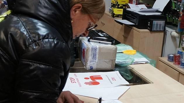 Podepisování petice proti bioplynce u Pavlovic.