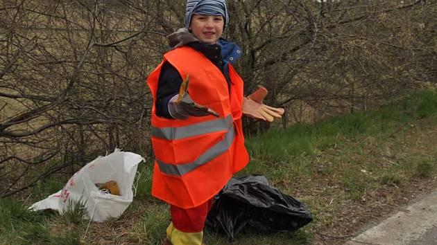 Dobrovolnící na České Sibiři posbírali 30 pytlů odpadků.