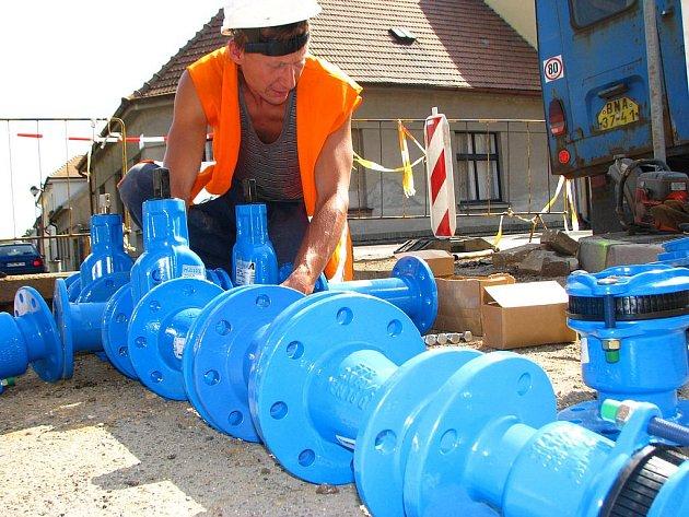 Přivaděč z Javorníka do Benešova se nyní přepojuje na nové potrubí.