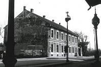 Restaurace U nádraží vyfotografovaná v roce 1960. Oblíbená a laciná nálevna IV. cenové skupiny, byla známá také jako hospoda U strejčků.