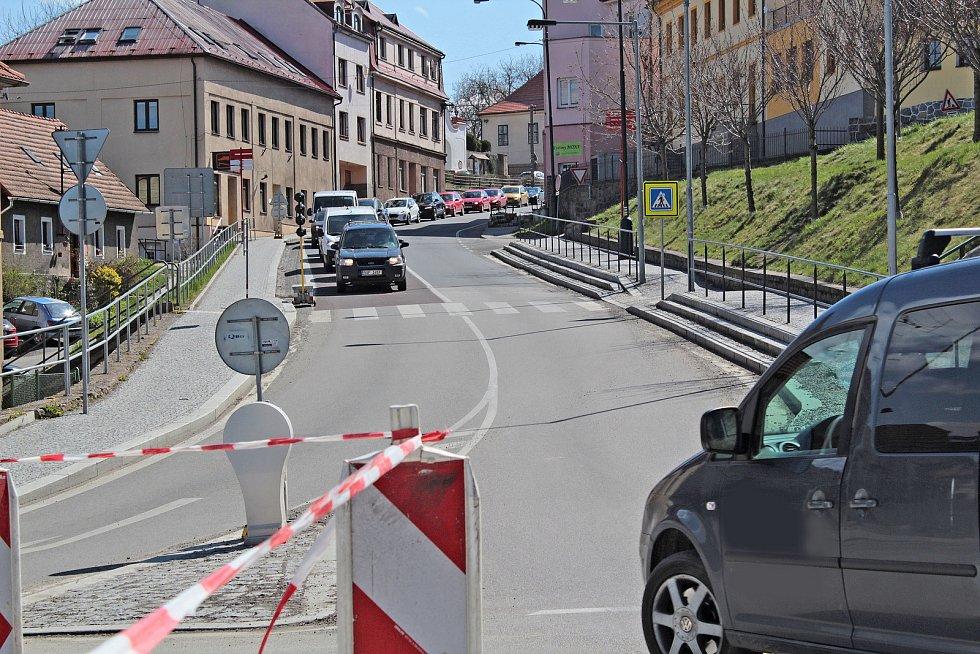 Oprava okružní křižovatky v Týnci končí, auta ale místem bez čekání projedou později.