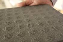 Starou kluzkou dlažbu nahrazuje nová s výrazně lepšími protiskluzovými vlastnostmi.