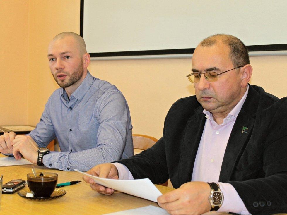 Tiskovka v benešovském sídle KVS. Vlevo je mluvčí SVS ČR Petr Pejchal, vpravo ředitel KVS Zdeněk Císař.
