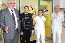 Primář Antonín Tomaides (vpravo) loni v listopadu při přebírání darů zakoupených z výtěžku benefičního festivalu. Zleva ředitel nemocnice Petr Hostek, hudebník Petr Čejka a vrchní sestra Marie Kratochvílová.