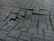 Na benešovském Masarykově náměstí se propadá dlažba. Naposledy se tak stalo před kostelem sv. Anny na Zelený čtvrtek.