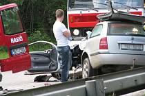 Čelní srážka Škody Octavia combi jedoucí od Tábora a vojenského Land Roveru jedoucího od Benešova se odehrála v zatáčce stoupání mezi sjezdem do města a odbočkou na Hostišov
