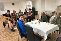 Skauti rozezpívali návštěvníky kontaktního centra pro seniory a zdravotně postižené Posez.