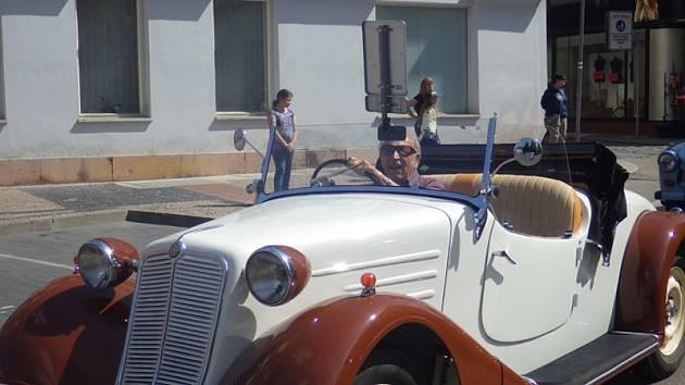 Setkání auto a moto veteránů v benešovském pivovaru.