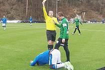 Rozhodčí Josef Svoboda udělil žlutou kartu jabloneckému Kopicovi.