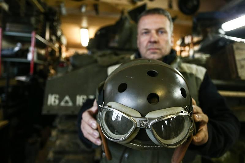 Americký tank M4 Sherman patří Pavlu Roglovi. V ruce drží přilbu pro posádky shermanů.