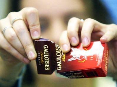 Ilustrační foto: Cigarety jsou náctiletým lehce dostupné.