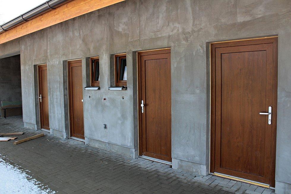 Budování zázemí pro víceúčelové hřiště v Krhanicích.