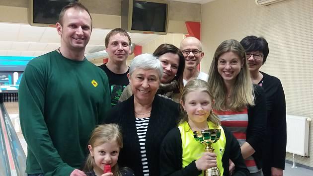 Účastníci benešovské bowlingové benefice na podporu Evinky Eidernové.