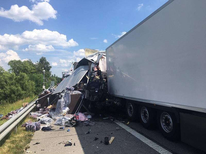 Z hromadné dopravní nehody na D1 4. července 2021.