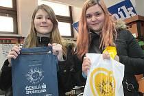 Studentky Lucie Hálová a Nikola Němečková ze SOŠ Černoleská vybírají příspěvky do sbírky Život dětem.