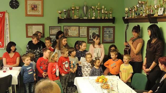 Z adventního setkání seniorů ve smilkovské hasičárně.