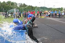 Nabírání vody do savice v podání jednoho z hasičských družstev.