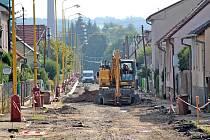 Navrátilova ulice ve Vlašimi při pracích v létě roku 2019. Silnice je tam nyní už opravená, letos v ulici město opraví také 1,5 kilometru chodníků.