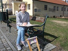 Žáci z výtvarného oboru vystavují své práce v prostorách vlašimského zámku. Díla tvoří i v samotném parku u zámku, když jim dovolí hezké počasí.