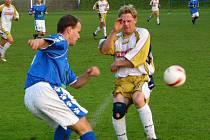 V krajském derby gól nepadl. Na snímku se kryje votický Luděk Bareš před míčem vystřeleným Petrem Šindelářem z Bzové