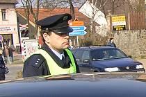 Muže bez řidičského průkazu za volantem červené Škody Favorit policisté spatřili u železničního přejezdu v Poříčí nad Sázavou v sobotu v 18.20. Ilustrační foto.