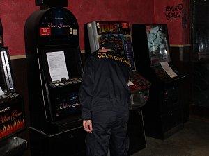 Nelegální herny prohlubují závislost hráčů a okrádají stát na daních