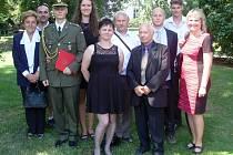 Jan Holub s rodinou a červeným diplomem absolventa Univerzity obrany.