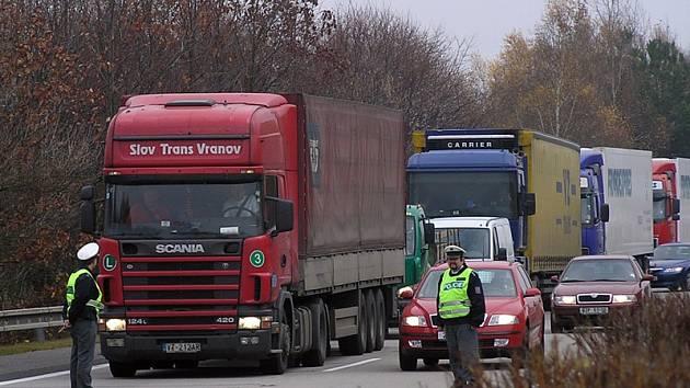 Portál u Mrače upozorní řidiče jedoucí od Benešova na dopravní situaci před Mirošovicemi i na dálnici D1.