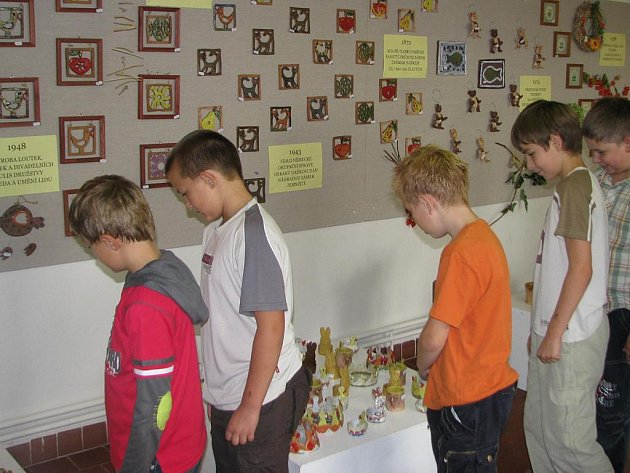 Výstava věnovaná 50. výročí založení ústavu Tloskov v Neveklově.