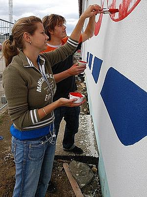 Práce krátce před otevřením hypermarketu Tesco v Čerčanech.
