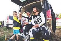 Bratři Podmolové s rodinou před závody.