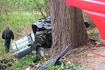 1. května krátce po 9. hodině narazilo osobní auto obsazené sedmi osobami do stromu