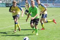 Benešovští Ondřej Machač (vlevo) a Ondřej Rataj naháněli v zápase šestnáctek mosteckého Ondřeje Kocourka.