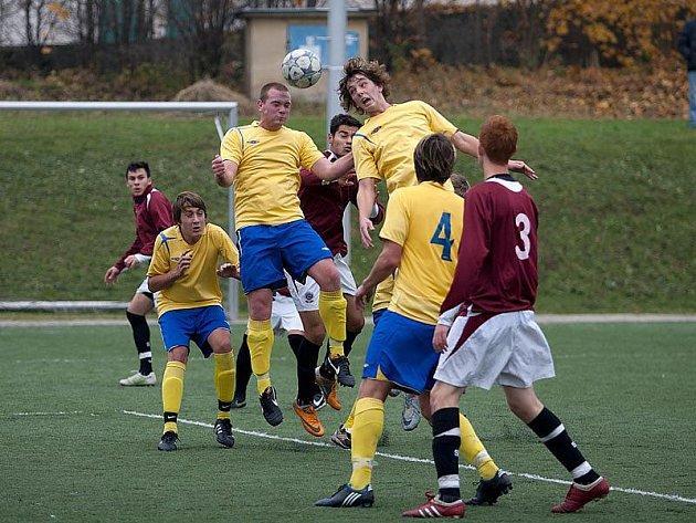 Benešovští dorostenci bojovali se Spartou jako lvi. Tentokrát se o míč poprali benešovští hráči Miroslav Mařinec (ve výskoku vlevo) a Rudolf Svoboda.