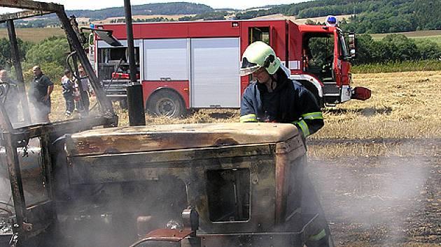 Hasič při zásahu vzplanutého traktoru