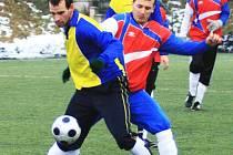Benešovský střelec branky z penalty Pavel Chomát (ve žlutomodrém) si kryl míč před Šmejkalem ze Spartaku Příbram.